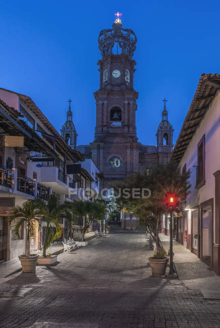 Our Lady of Guadalupe church overlooking Puerto Vallarta street, Jalisco, Mexico — стокове фото