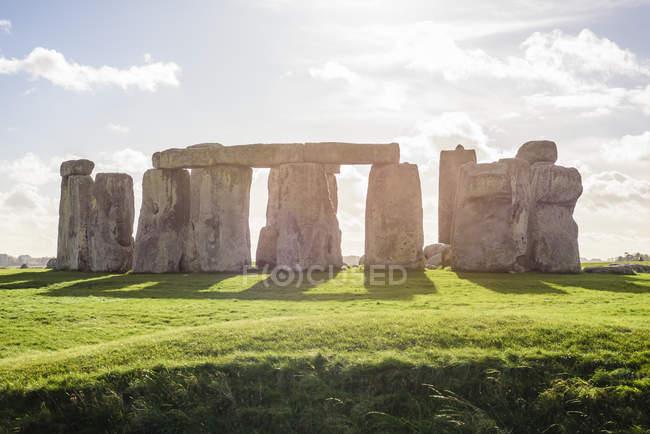 Roches à Stonehenge dans la lumière du soleil, Grande-Bretagne — Photo de stock