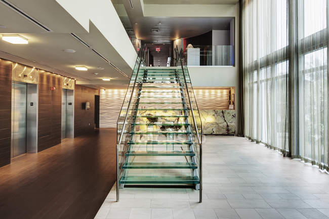 Glastreppe in der Lobby des Luxushotels — Stockfoto