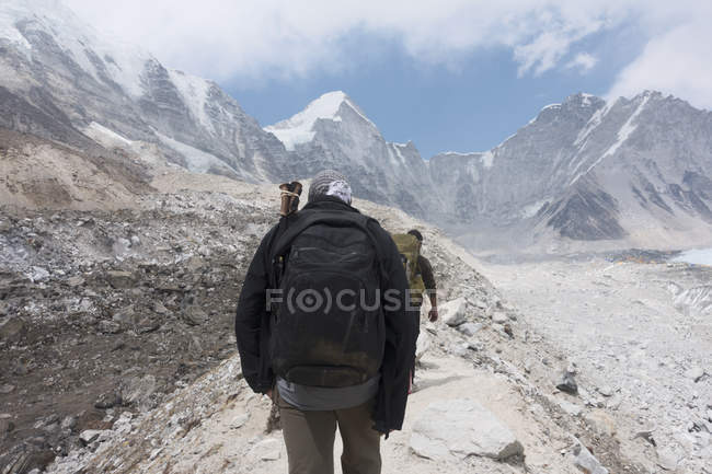 Men hiking toward mountain, Everest, Khumbu region, Nepal — Stock Photo