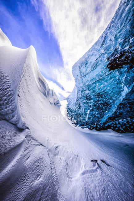 Parete di vetro di neve blu grotta di ghiaccio — Foto stock