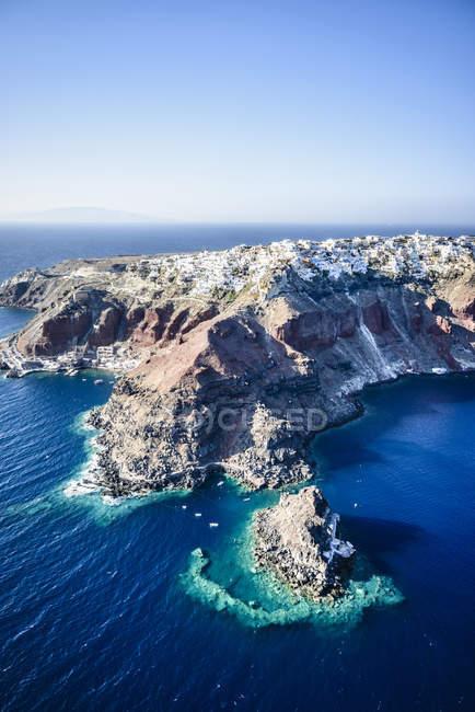 Вид с воздуха на город, построенный на скалистом побережье, Ойя, Эгео, Греция — стоковое фото