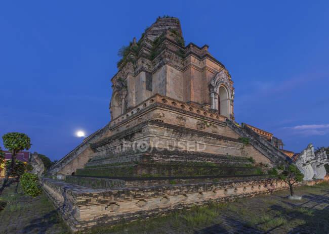 Templo ornamentado no topo da colina sob céu noturno, Chiang Mai, Chiang Mai, Tailândia — Fotografia de Stock
