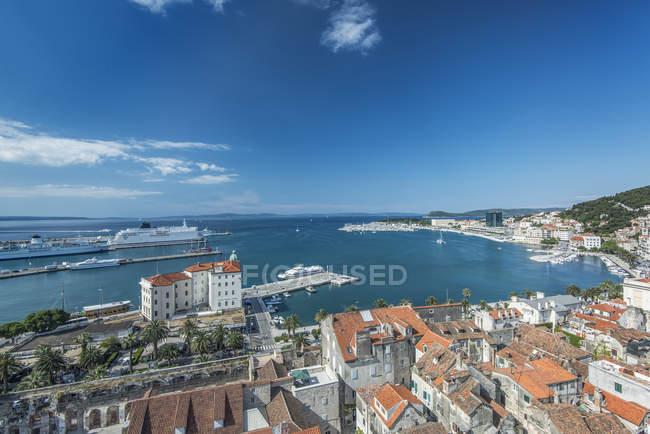 Aerial view of coastal city under blue sky, Split, Croatia — Photo de stock