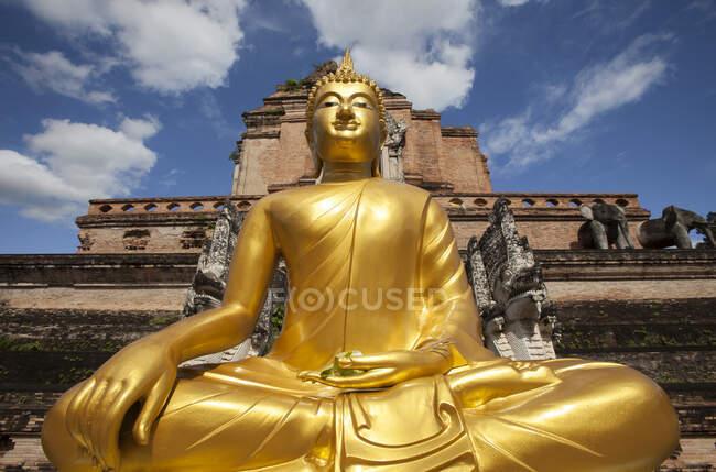 Visão de ângulo baixo da estátua de Buda dourado fora do templo, Chiang Mai, Chiang Mai, Tailândia — Fotografia de Stock