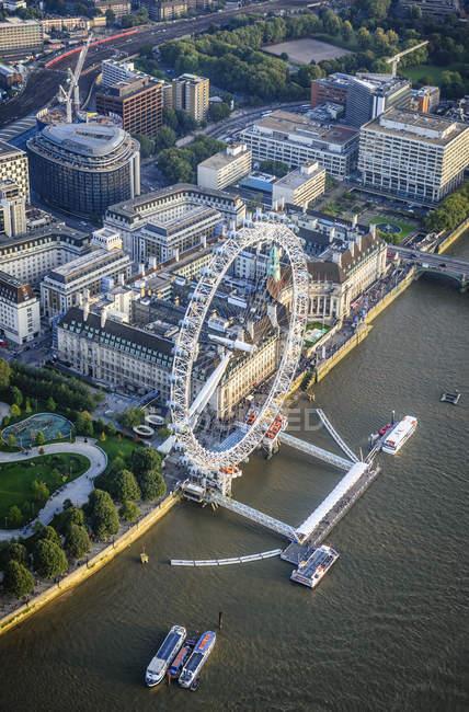 Вид с воздуха на городской пейзаж Лондона, лондонский глаз и реку, Англия — стоковое фото