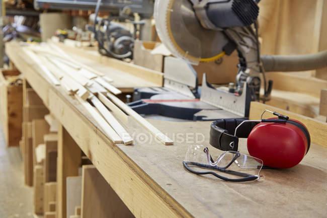 Дерево, робочі місця та інструменти в майстерні. — стокове фото