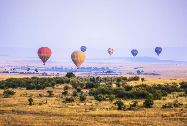 Hot air balloons flying over savanna landscape, Kenya, Africa — Stock Photo