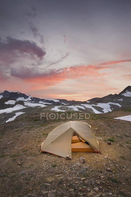 Палатка в кемпинге в снежном ландшафте на горе Бейкер, Вашингтон, Сша — стоковое фото