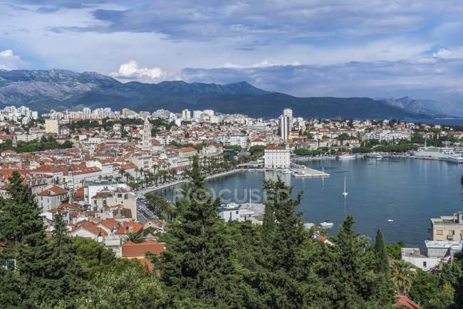 Veduta aerea della città costiera sotto il cielo azzurro, Spalato, Croazia — Foto stock