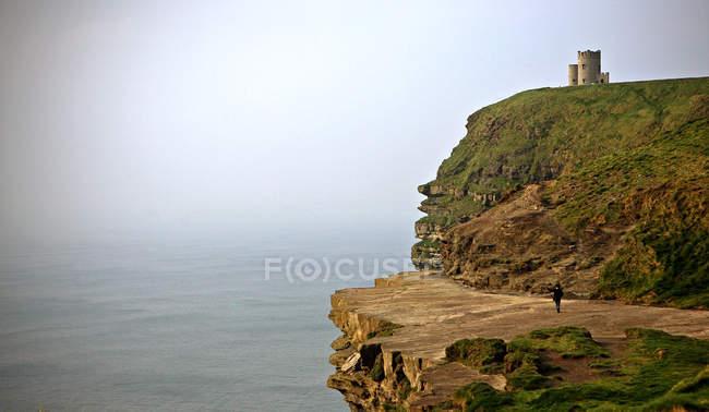 Замок на зеленых скалах возле океана, скалы Мохер, Ирландия — стоковое фото