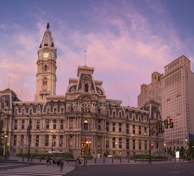 People walking in city crosswalk with traditional buildings on street, Philadelphia, USA — Stock Photo