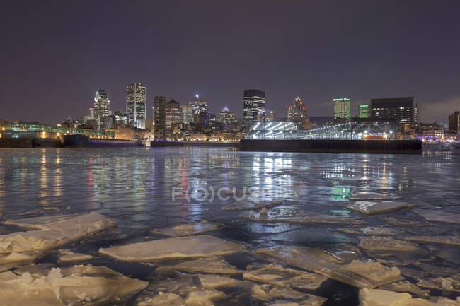 Fogli di ghiaccio sul porto di Montreal di notte, Quebec, Canada — Foto stock