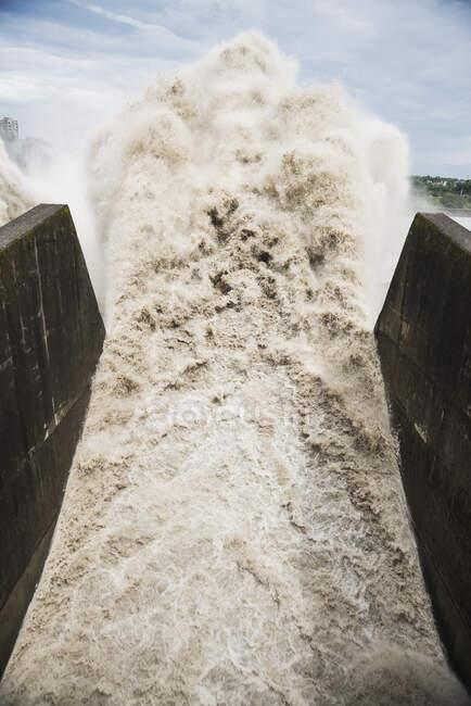Água batendo através de bico — Fotografia de Stock