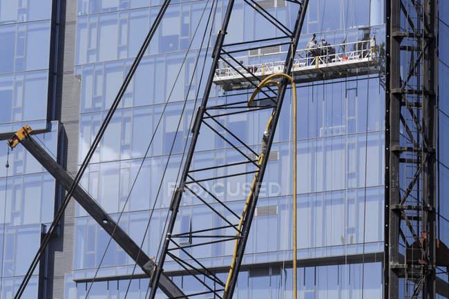 Highrise вікна шайб на будівельних лісів, низький кут огляду, Сіетл, Вашингтон, США — стокове фото