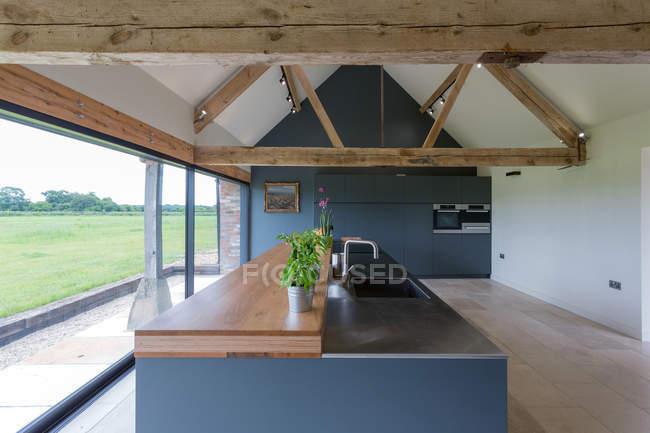 Moderne Küche der umgebauten Scheune — Stockfoto