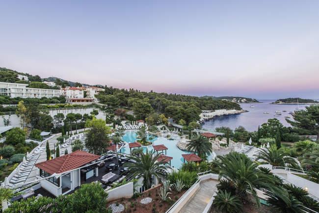Vista aerea della piscina al resort nella città costiera, Hvar, Split, Croazia — Foto stock