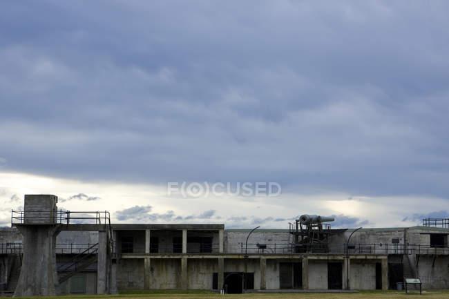 Руїни форту в державному парку Форт-Кейсі — стокове фото