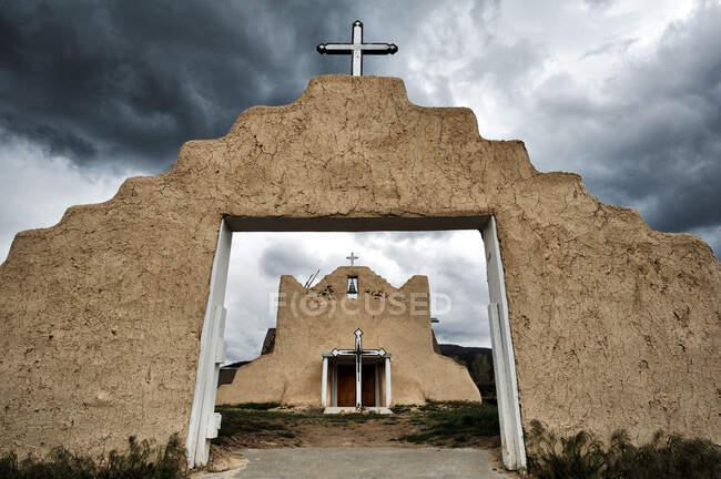 Pueblo Church archway under stormy sky, Picuris Pueblo, Novo México, Estados Unidos da América — Fotografia de Stock