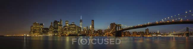 Vue panoramique de l'horizon de la ville de New York illuminée la nuit, New York, États-Unis — Photo de stock
