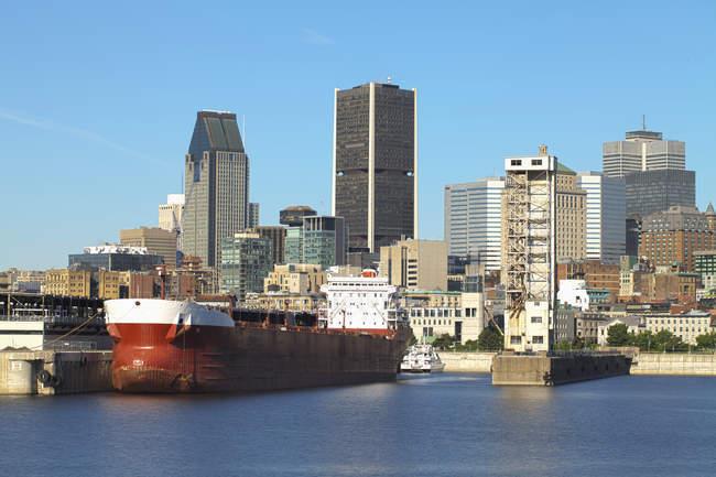 Montreal city skyline on waterfront, Quebec, Canada — Stockfoto