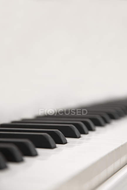 Nahaufnahme schwarzer und weißer Klaviertasten im selektiven Fokus. — Stockfoto