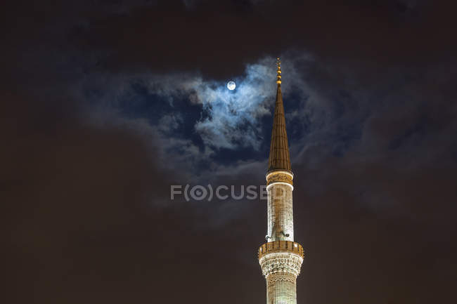 Full moon over tower of Blue Mosque at night, Istanbul, Turkey — Foto stock