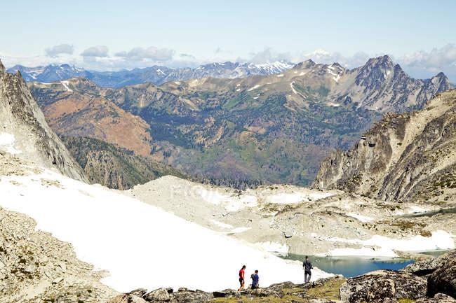 Excursionistas admirando montañas en paisaje remoto, Leavenworth, Washington, Usa - foto de stock