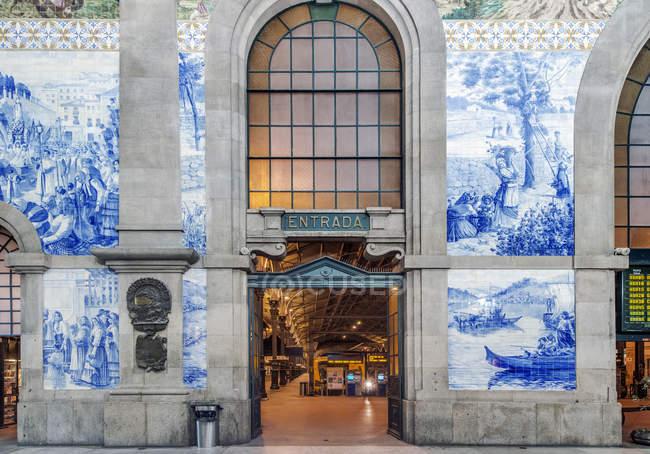 Entrada da estação de Sao Bento, Porto, Portugal — Fotografia de Stock