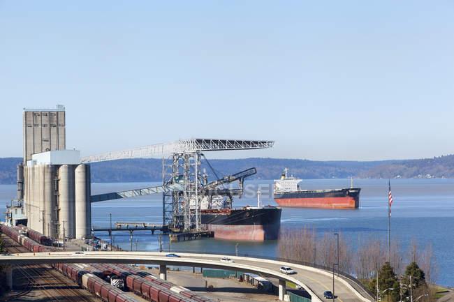 Grúas sobre buque de carga en puerto, Vancouver, Canadá - foto de stock