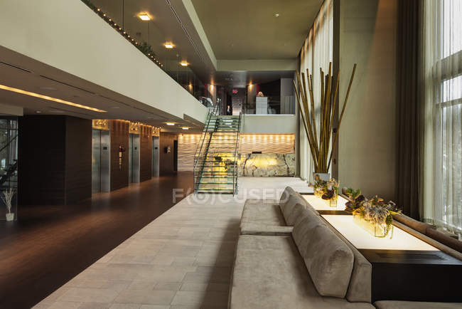 Loungebereich in der Lobby des Luxushotels — Stockfoto