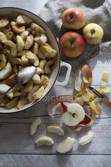 Close-up of round baking tin with apple slices. — Stock Photo
