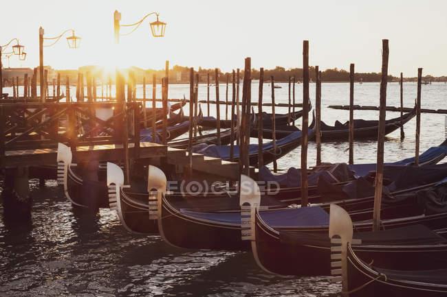 Гондоти пришвартовані в Канале Гранде в Венеції, Венето, Італія на світанку. — стокове фото