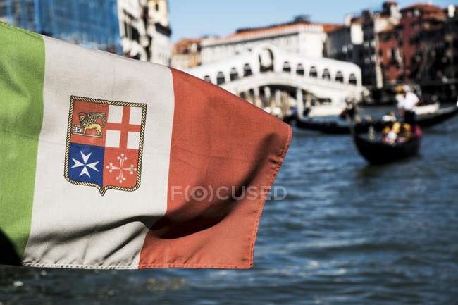 Primo piano della bandiera in gondola sul canale di Venezia, Veneto, Italia . — Foto stock