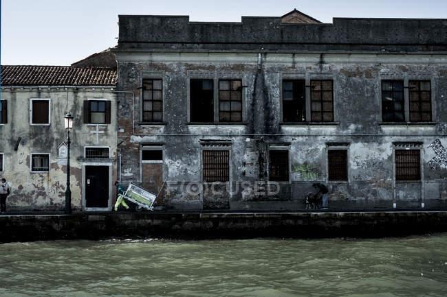 Vue extérieure du bâtiment négligé sur le Canale Grande à Venise, Vénétie, Italie . — Photo de stock