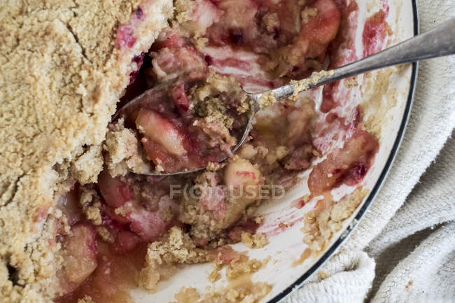 Close-up of freshly baked apple and blueberry crumble dessert. — Stock Photo