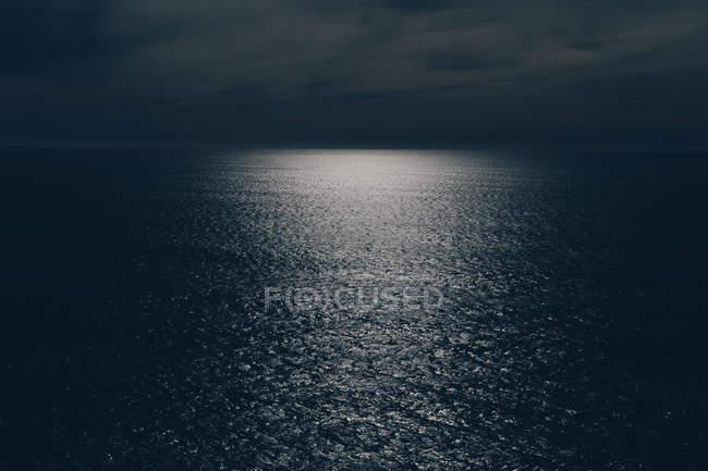 Paisaje de vasta agua del océano en la oscuridad con retroiluminación, Oswald West State Park, Manzanita, Oregon, EE.UU. - foto de stock