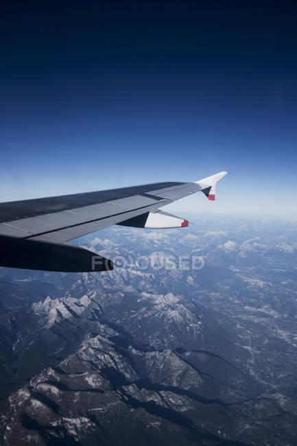 Vista aerea attraverso le Alpi montagne visto da aereo passeggeri . — Foto stock