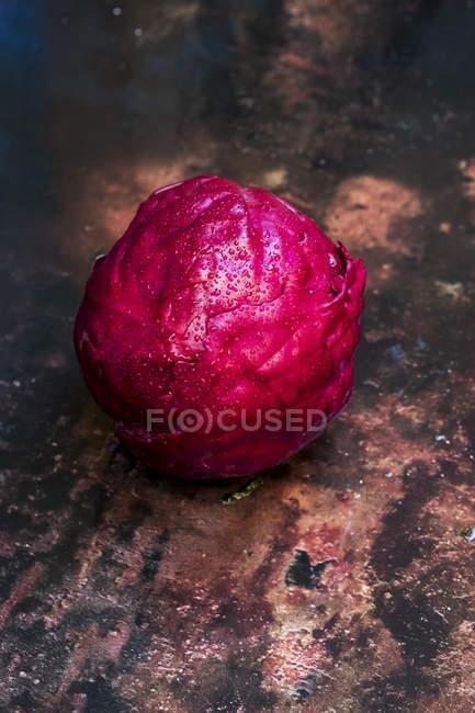 Блискучий свіжий сирої капусти на знос настільний. — стокове фото