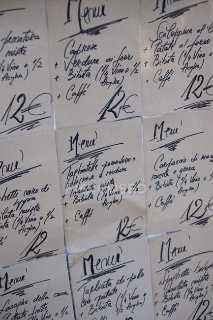 Крупный план рукописных меню на стене в итальянском ресторане . — стоковое фото