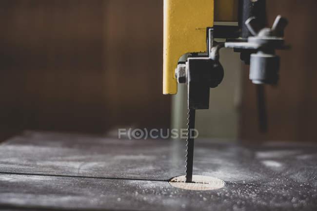 Primo piano della sega da tavolo elettrica in officina in legno. — Foto stock