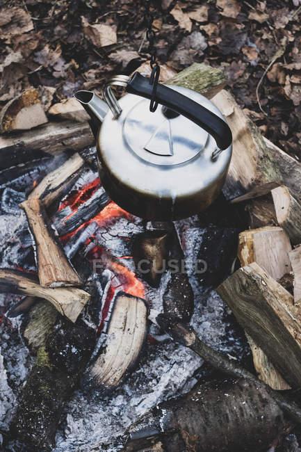 Großaufnahme eines Metallkessels, der über dem Lagerfeuer hängt. — Stockfoto