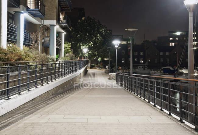 Walkway near modern housing development in London, Reino Unido — Fotografia de Stock