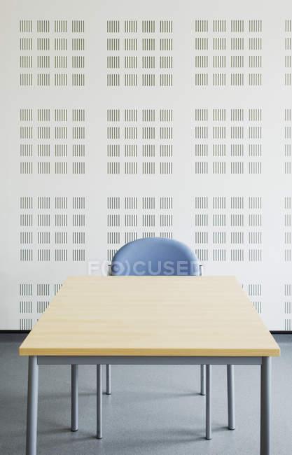 Silla y mesa en la moderna sala de oficinas - foto de stock