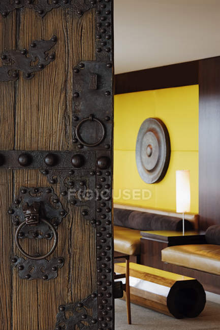 Aperto porta in legno ornato al soggiorno di casa — Foto stock