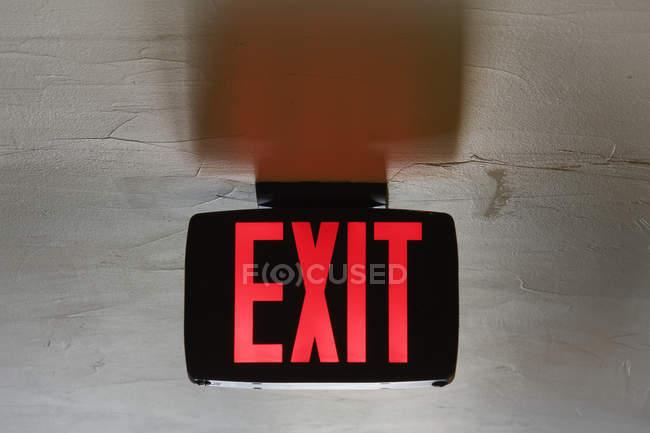 Panneau de sortie rouge au plafond, gros plan — Photo de stock