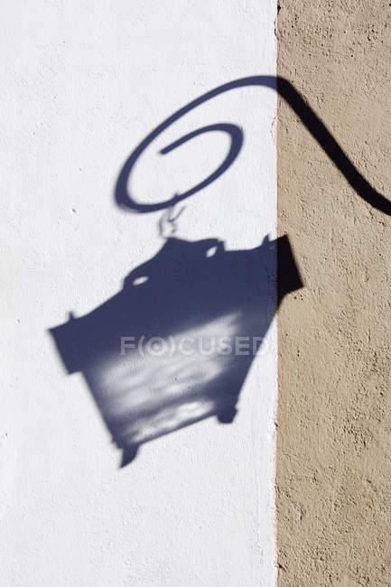 Тень уличной лампы на углу здания, крупным планом — стоковое фото