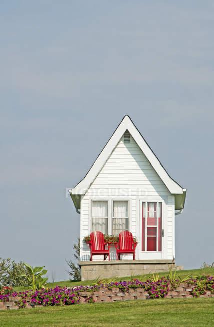 Piccola casa esterna con sedie rosse a Kingston, Ontario, Canada — Foto stock