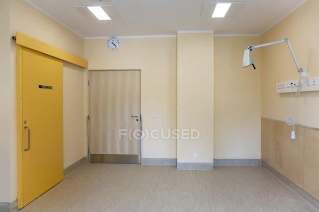Esvazie paredes e porta interiores do hospital em Parnu, Estónia — Fotografia de Stock