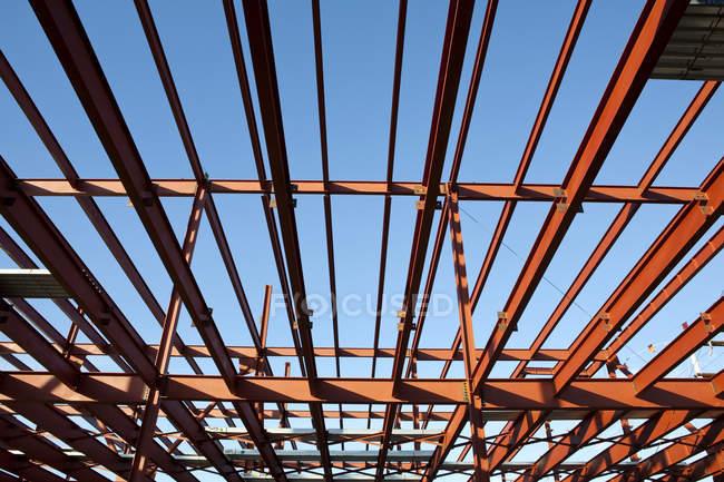 Сталева рама будівлі, низький кут огляду в повному кадрі — стокове фото